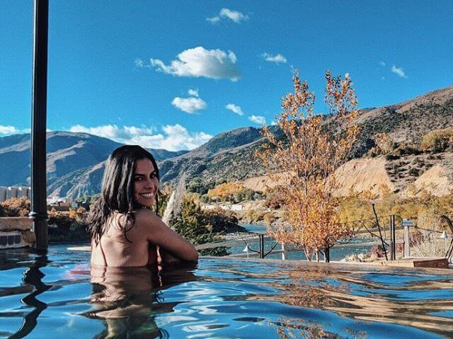 girl in infinity pool at iron mountain hot springs
